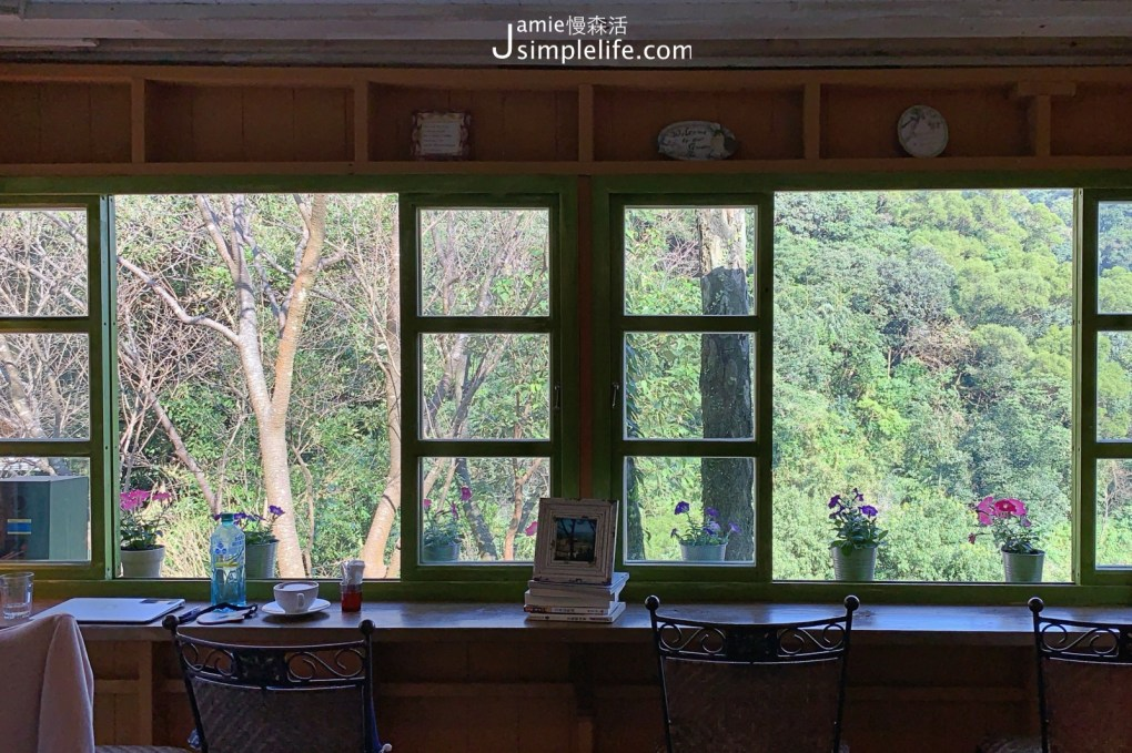 陽明山蒙馬特影像咖啡 裝飾偏甜的用餐環境與氛圍 黃色小屋空間