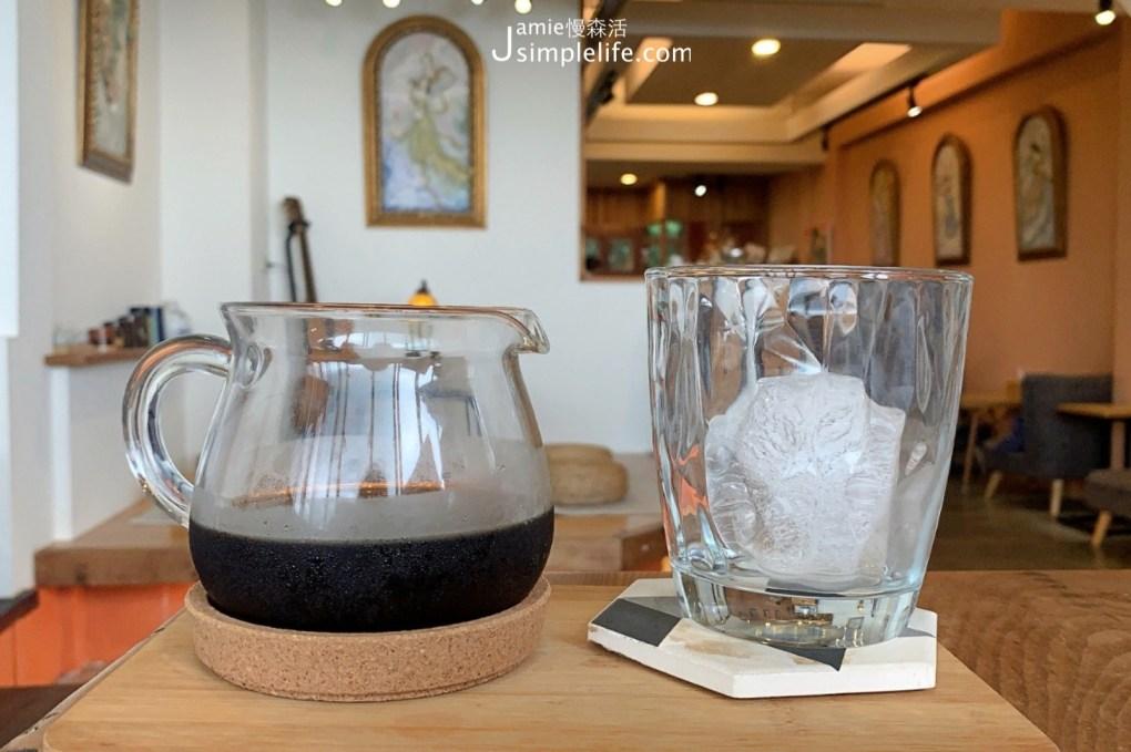 開在新北石碇區台9線上的18咖啡 一樓店內空間