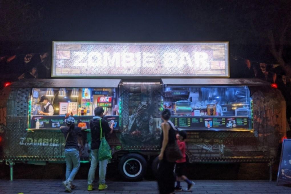 喪屍酒吧入夜後更添詭譎氛圍。圖 六福村提供