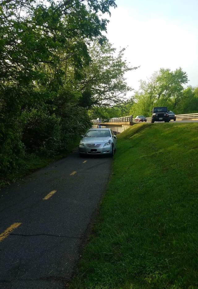 Car on the Mount Vernon Trail - 04272017