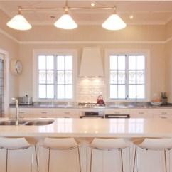 Kitchen Benches Kraftmaid Cabinets 聚爱城 官网 实用为先的餐厅搭配 小户型的空间更要极致利用 用来连接厨房以及起居室的一条走廊里设置了修长的玻璃餐桌 利用成为用餐空间 黑色的长椅 休闲而时尚 而透明的玻璃餐桌则让空间具有穿透