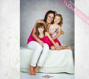Fotografia de estudio familiar perteneciente a la campaña I LOVE MAMI del fotógrafo Juan Almagro