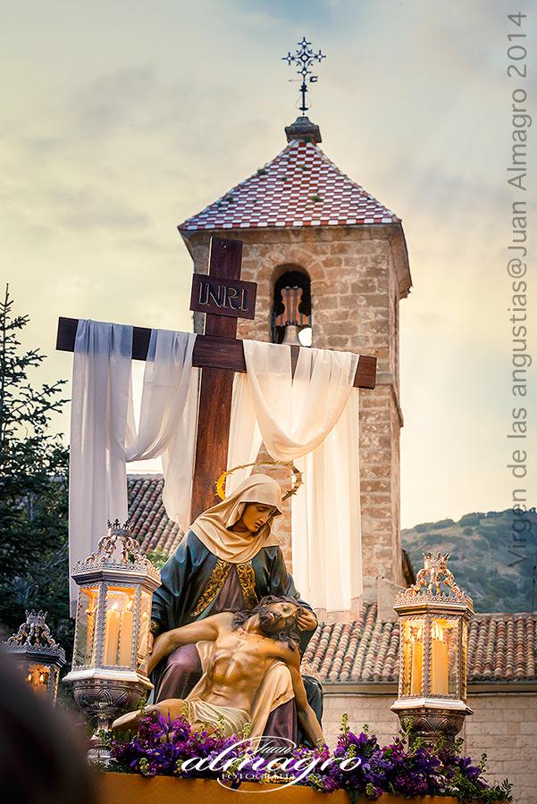 Imagen de la Virgen de las Angustias portada por sus Costaleras