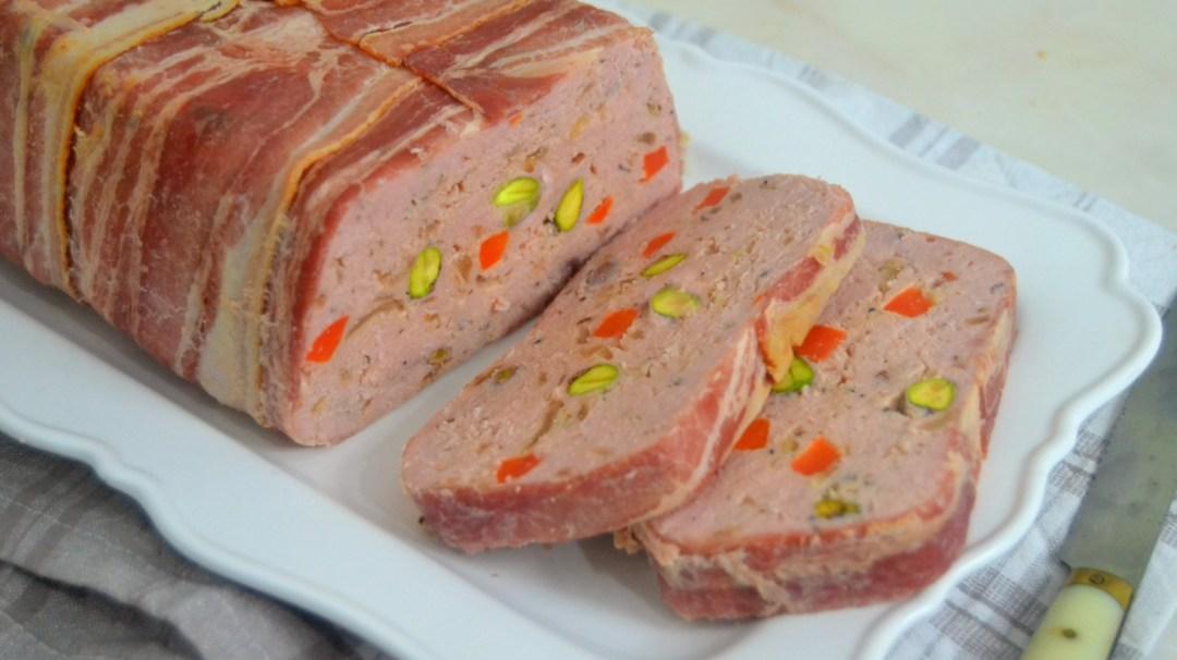 Terrina (o pastel) de pollo con bacon y pistachos