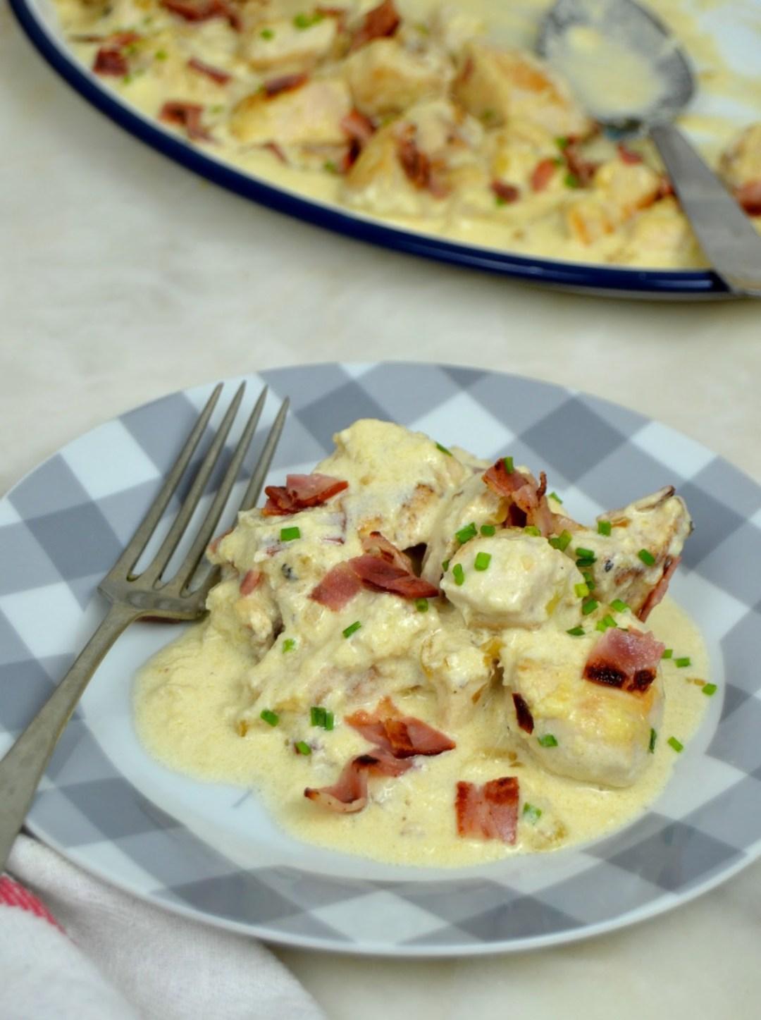 Pollo con salsa de queso y bacon