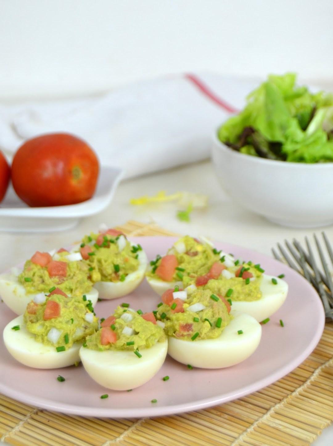 Huevos rellenos de aguacate y atún