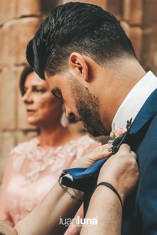 Detalle de novio esperando. Pandemic Wedding - El Reportaje de Bodas de Mercedes & Juan