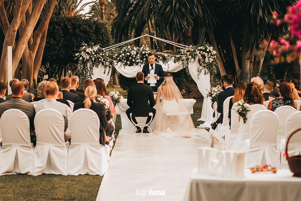 La cobertura fotográfica de una boda es muy específica y requiere ser confiada a alguien que esté familiarizado con las necesidades y los tiempos de un evento