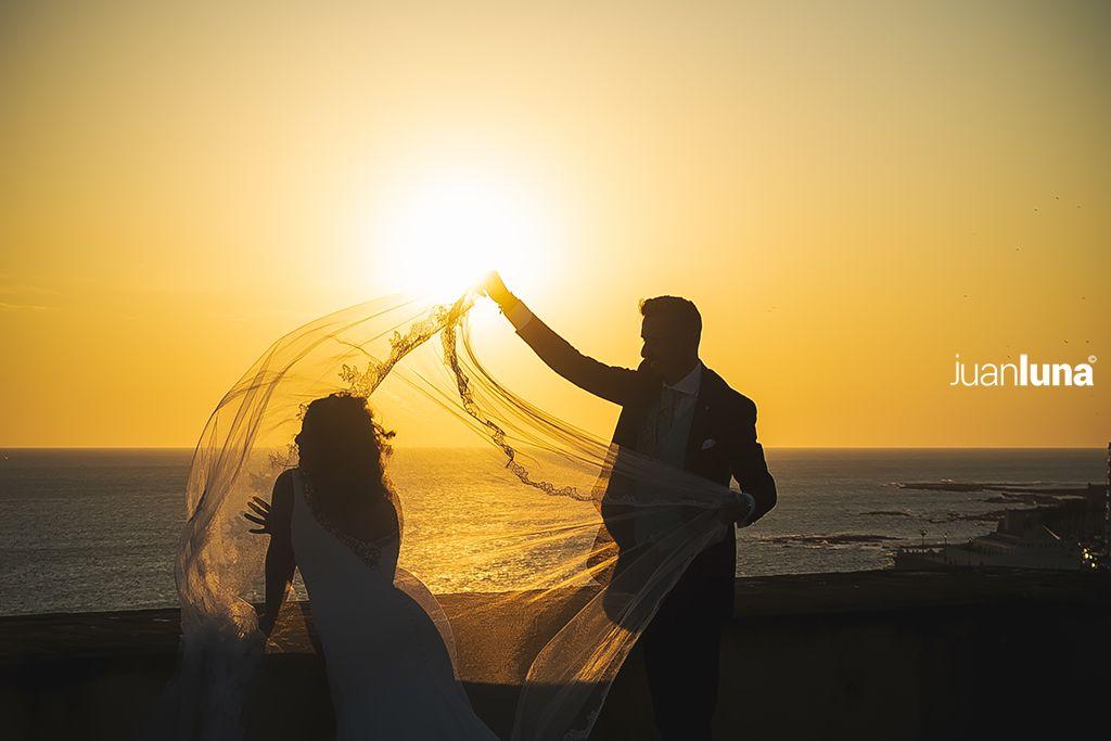 Fotografía de Boda en Cádiz. Puesta de sol en Cádiz durante una pre boda. Fotografía de boda para emocionar.