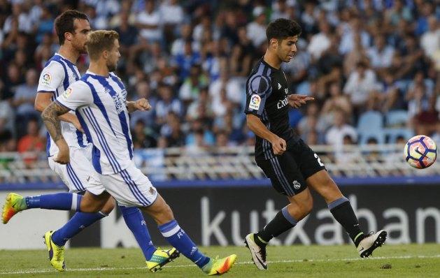 Asensio pellizca la pelota en el segundo gol del Real Madrid.