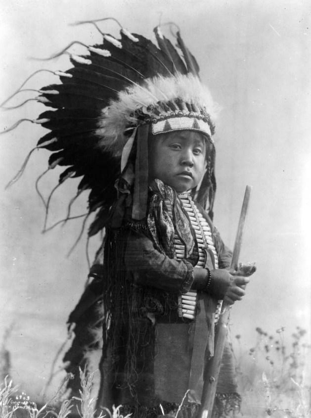 Niño indio en busca de rostro pálido.