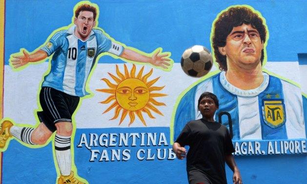 Graffiti de Messi junto a su sombra.