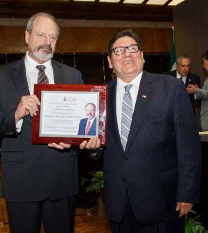 Entrega Cabildo Reconocimiento al Mayor Oscar Lesser