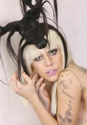 Lady Gaga con su sombrero modelo Baphomet