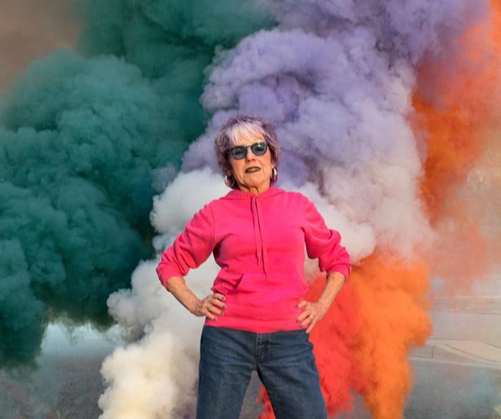 """A artista Judy Chicago vai apresentar """"Living Smoke, a tribute to the living desert"""" durante o Desertx X de 2021"""