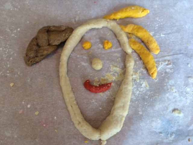 Poppetje mooi maken van zelfgemaakte klei