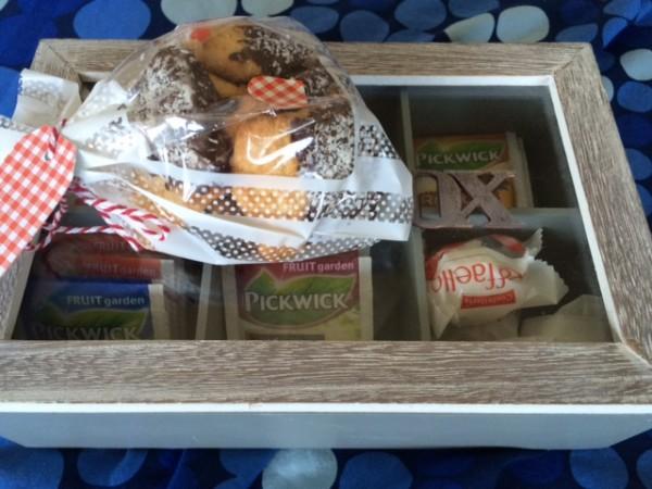 Theedoos met koekjes en chocola