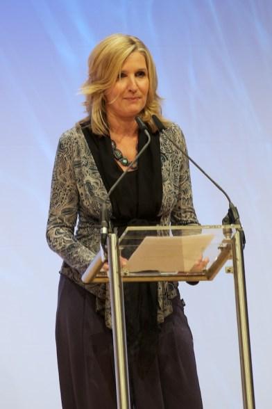 Dr. Stephanie Jentgens, Vorsitzende des Arbeitskreises Jugendliteratur begrüßt die Gäste // Foto: Ulf Cronenberg, Würzburg