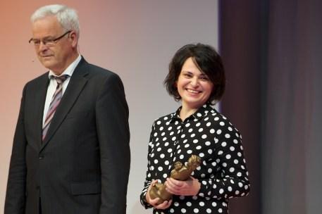 Tamta Melaschwili mit der Momo-Preisstatue // Foto: © Ulf Cronenberg