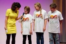 Moderatorin Vivian Perkovic und die Wer-liest-gewinnt-Kinder || Foto: © Ulf Cronenberg