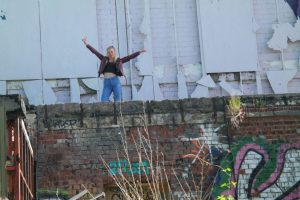 Die Jugendfeier ist ein Grund zu feiern, also: Hände hoch - wie hier eine Betreuerin in Berlin.
