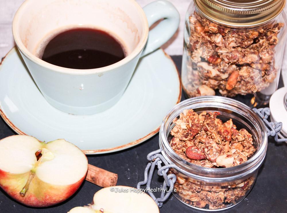 Frühstück mit Kaffee und warmen Apfel Zimt Granola - Jules HappyHealthyLife Food Blog