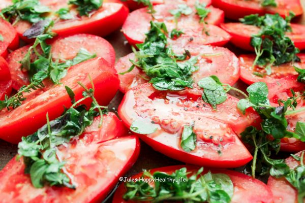 halbierte Tomaten mit Kräutern - Jules HappyHealthyLife