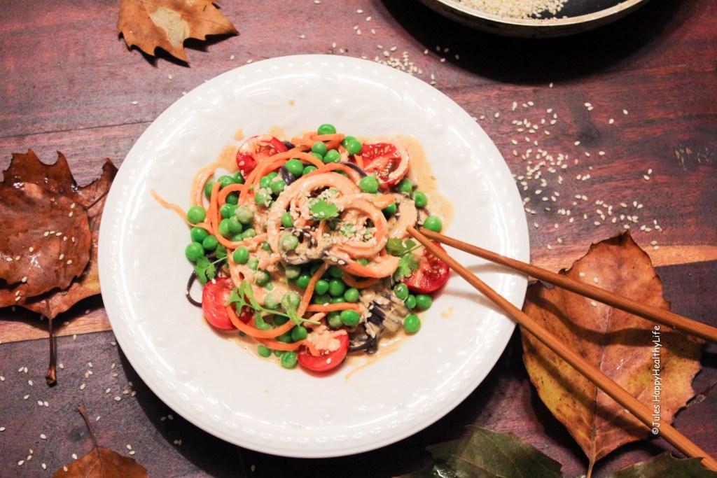 Asiatische Süßkartoffel Zoodles mit Tahini Erdnusssauce