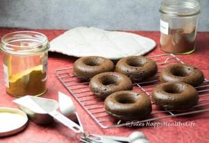 Statt Zuckerglasur geht auch Schokoglasur für die gebackenen Schoko Donuts