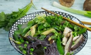 Vitaminreiches glutenfreies Rezept für Tom Kha Gai Kokosnusssuppe