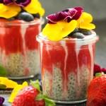 Rezept für glutenfreien, veganen Erdbeerchiapudding mit Ballaststoffen.