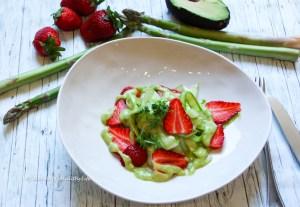 Schnelles gesundes Rohkostrezept - Grüner Spargelsalat mit Avocado Dressing