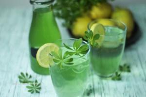 Waldmeistersirup ist schnell und einfach für Waldmeister Limonade hergestellt