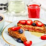 Rezept für leckeren veganen, glutenfreien French Toast mit Erdbeerfüllung