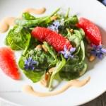 Roher Baby Spinat Salat mit Erdnuss Dressing - Veganes, glutenfreies Rezept