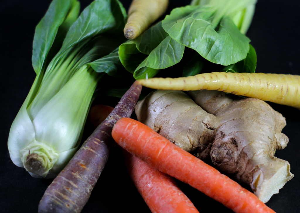 Karotten Pak Choy Ingwer kommen zusammen im Rezept für gerösteten Pak Choy Karotten Ingwer Gel mit Lachs