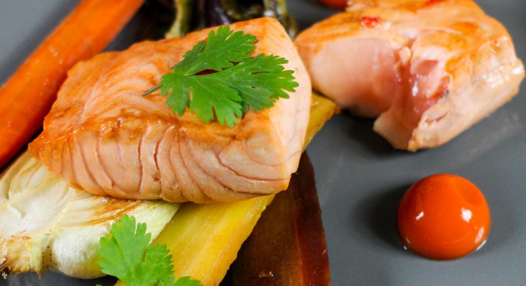 Lachs glasiert mit Brigitta Rust Piekfeine Brände Orangenlikör mit Single Malt dazu gerösteter Pak Choy und Karotten Ingwer Gel