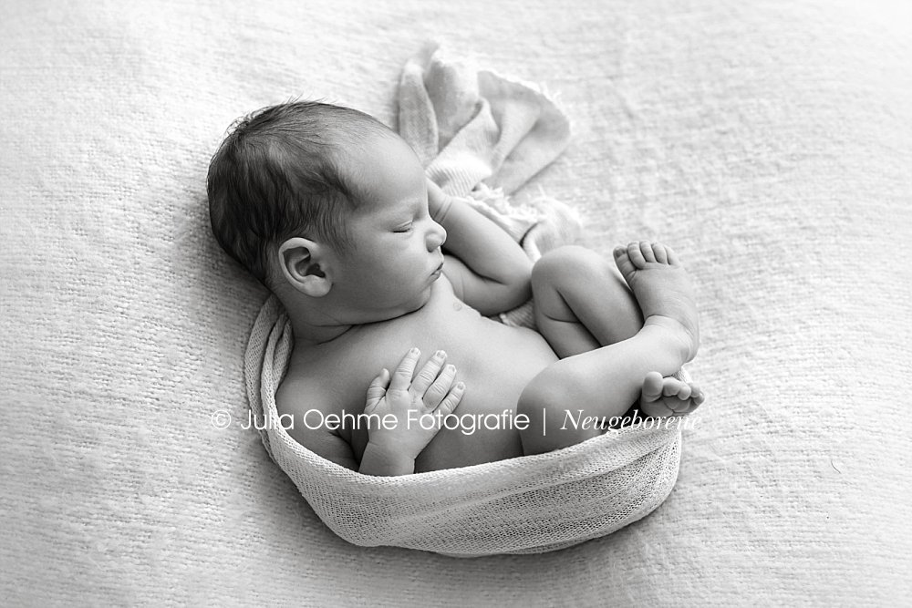 Adams Neugeborenenfotoshooting  Neugeborenenfotograf in Leipzig  Moderne Schwangerschaftsfotos