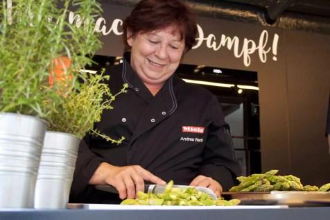 Andrea bereitet Spargelrisotto vor