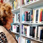 Abuela descubre préstamo de libros en biblioteca pública