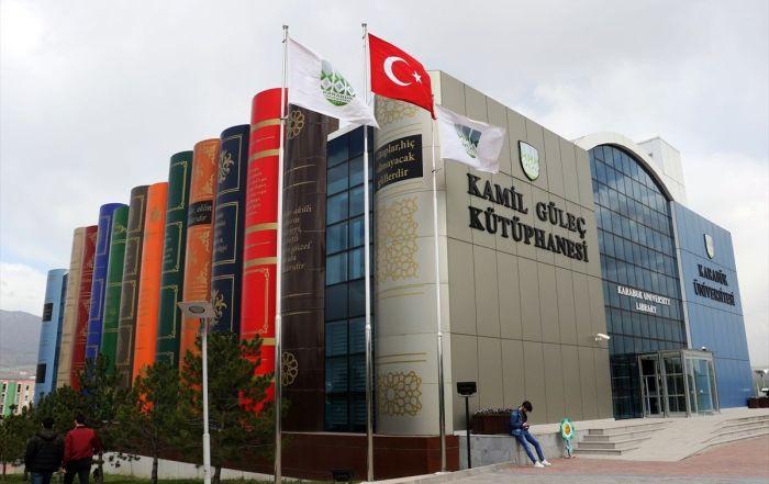Biblioteca de la Universidad de Karabuk fachada libros