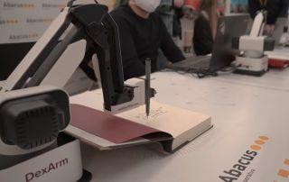 Brazo robótico firma libros a distancia
