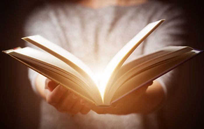 Desde que un libro es escrito hasta que llega al lector final puede pasar por distintas manos
