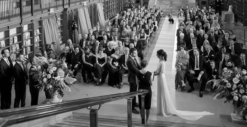 Imagen del sí quiero de una boda en la Biblioteca Pública de Indianápolis