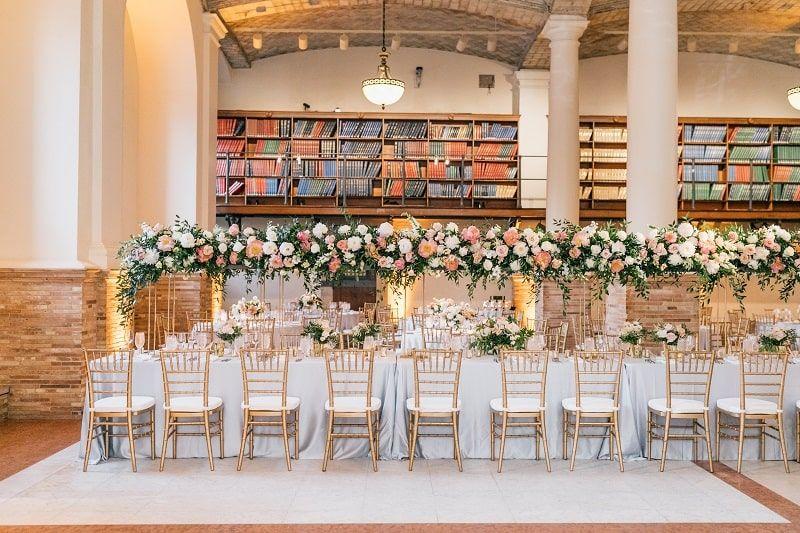 Mesas y adornos dispuestos para la celebración de una boda en la Biblioteca Pública de Boston