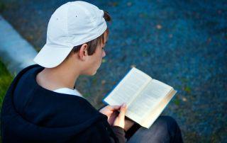 Un juzgado de Estados Unidos sentencia a cinco jóvenes vándalos a leer libros