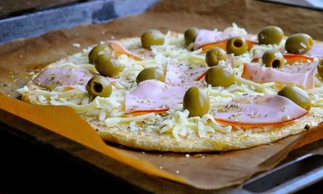 blomkålspizza med oliven