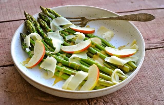 asparges med dressing og ost