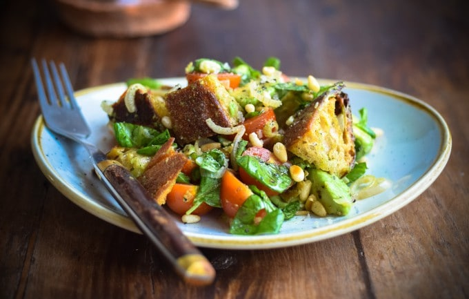 Salat med brødcroutoner og tomat