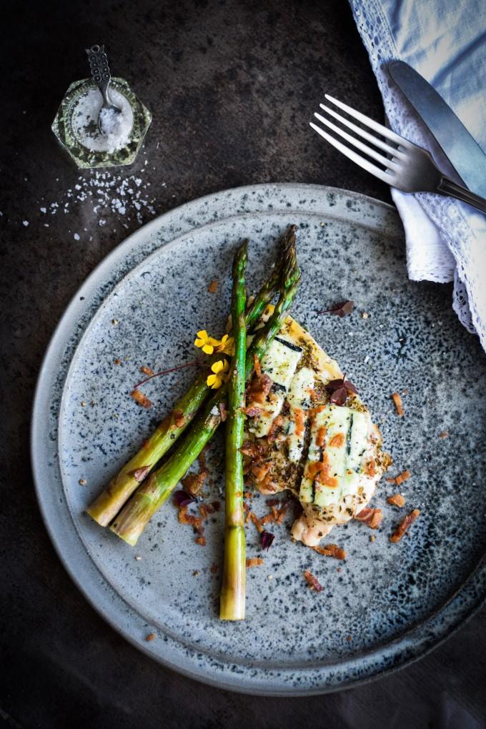 Nem kyllingeret med asparges, bacon og blå ost